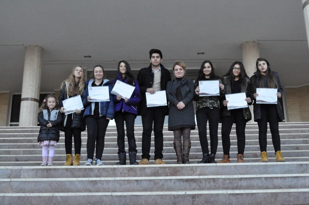 Liseliler Bayrak Töreninde Başarı Belgelerini Aldı