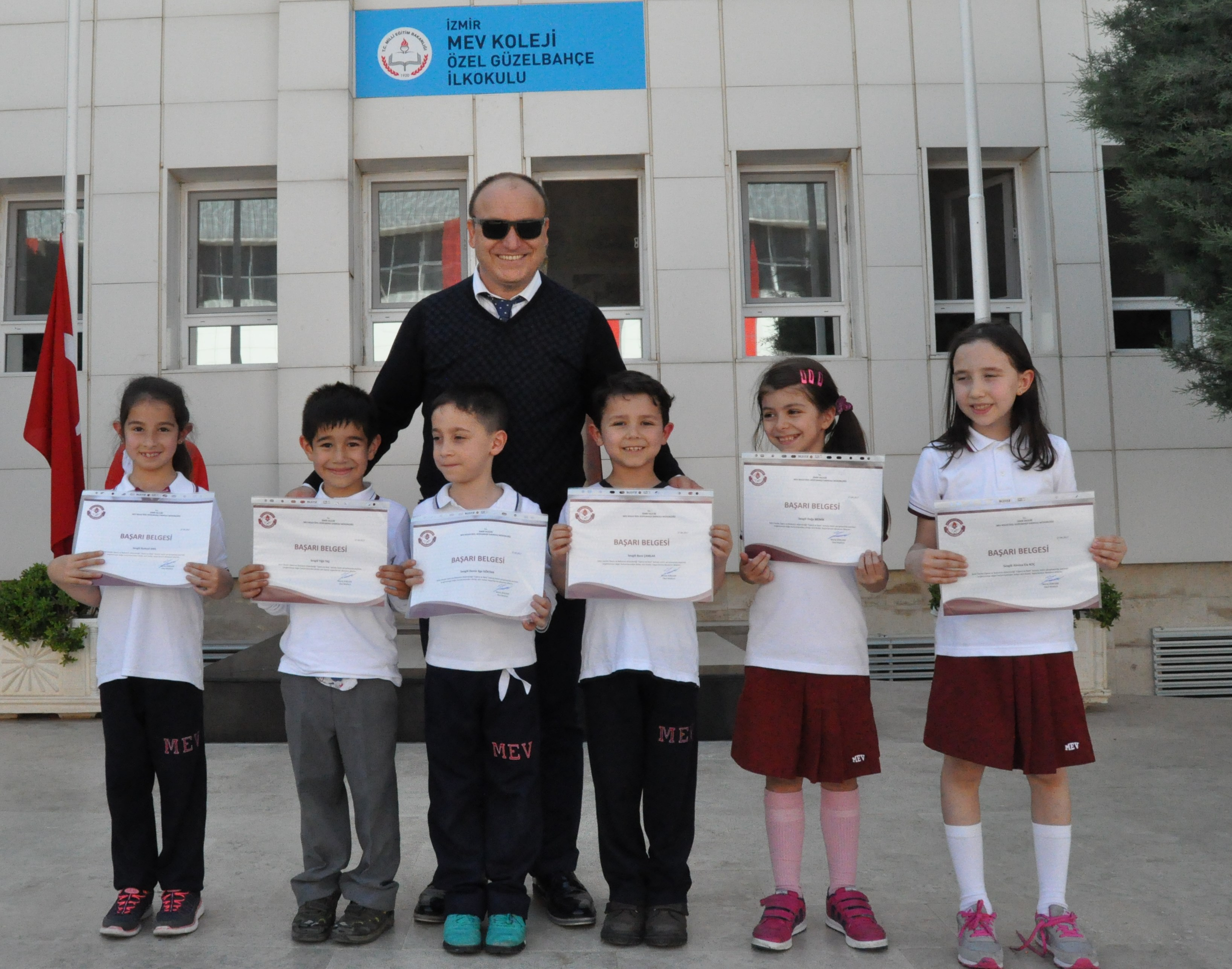Ödüllü Öğrencilerimiz Okulun Huzurundaydı