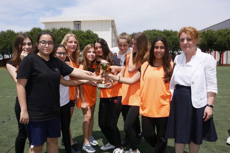 Kız ve Erkek Futbol Turnuvasının Galipleri Kupalarını Aldı