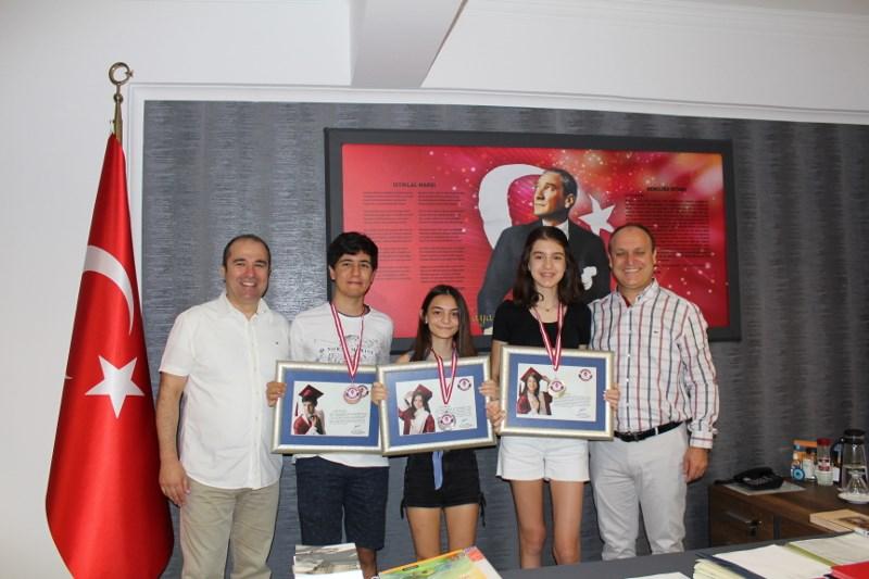 Ortaokulumuzu İl Üç Dereceyle Tamamlayan Öğrencilerimize Ödülleri Verildi