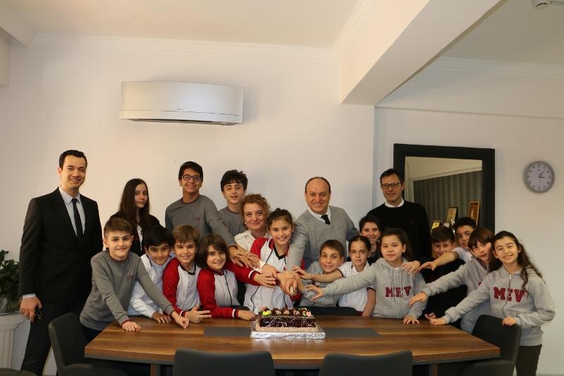 Bursluluk Sınavını Kazanan Öğrencilere Pastalı Kutlama