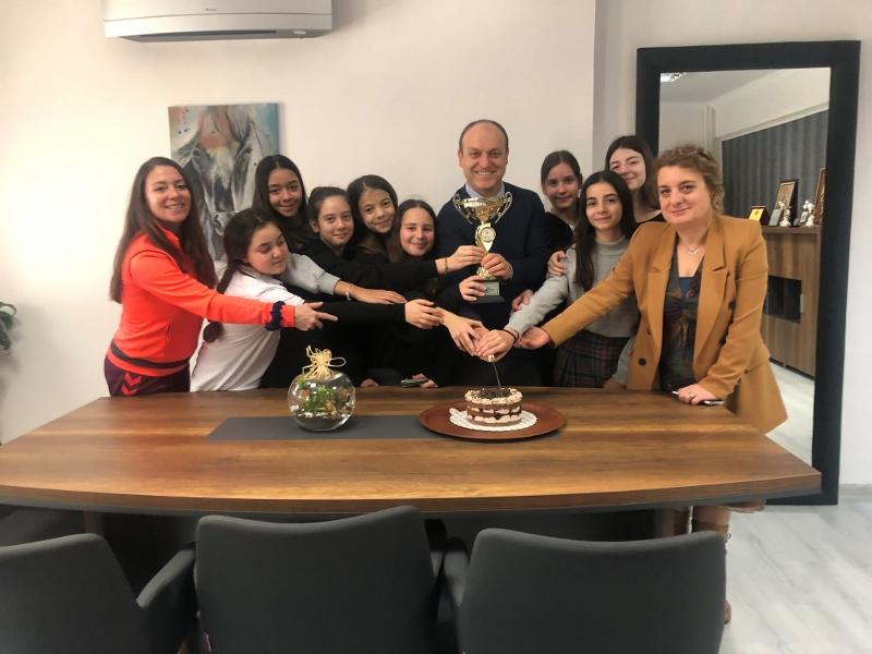 İzmir Şampiyonu Küçükler ve Yıldızlar Step Takımımıza Pastalı Kutlama
