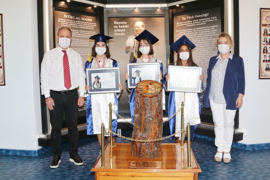 Anadolu ve Fen Lisemizi İlk Üç Dereceyle Bitiren Mezunlarımız Ödüllerini Aldı