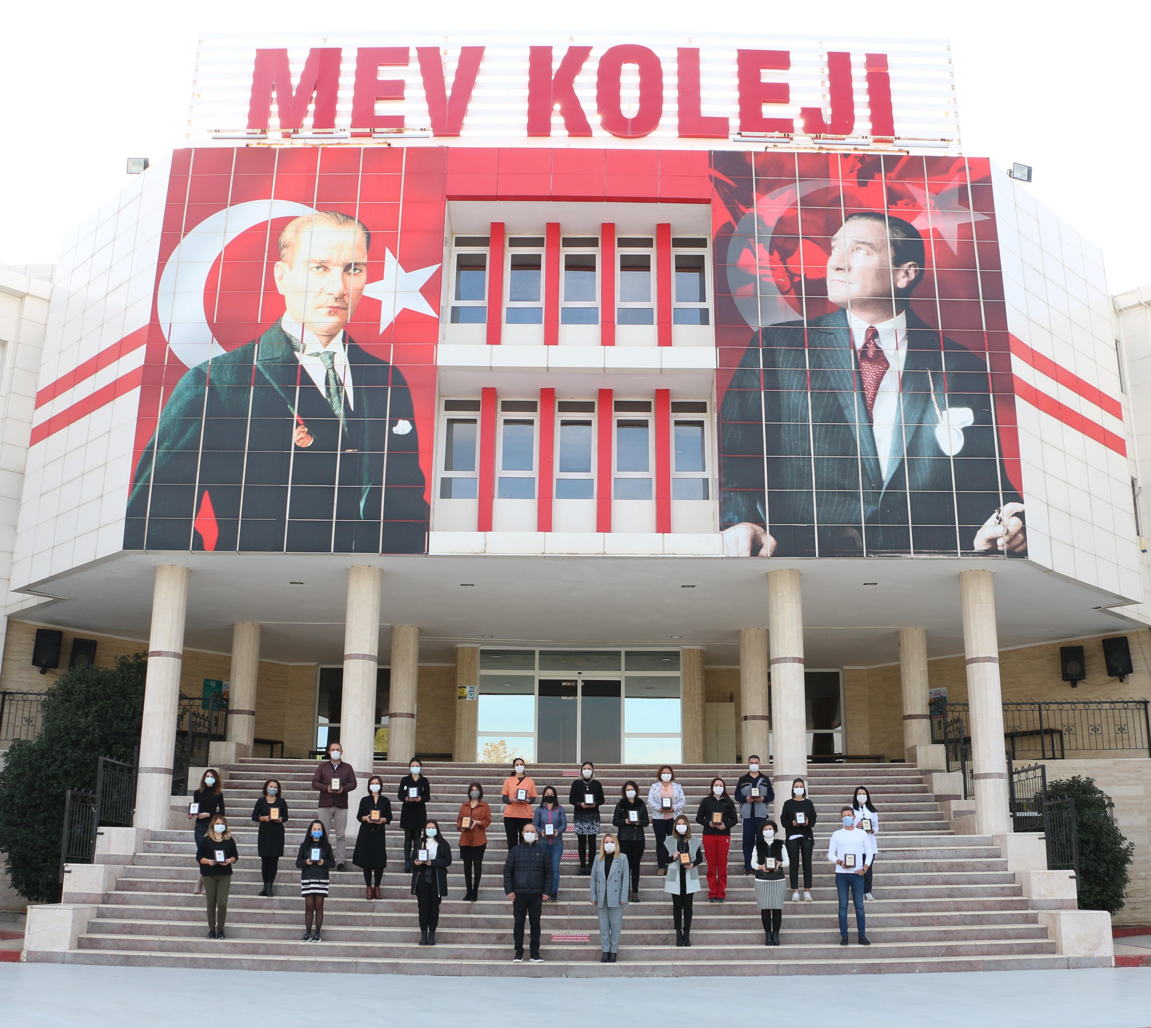 MEV Çatısı Altında Sembol Yıllarını Tamamlayan Öğretmen ve Personelimiz Plaketlerini Aldı