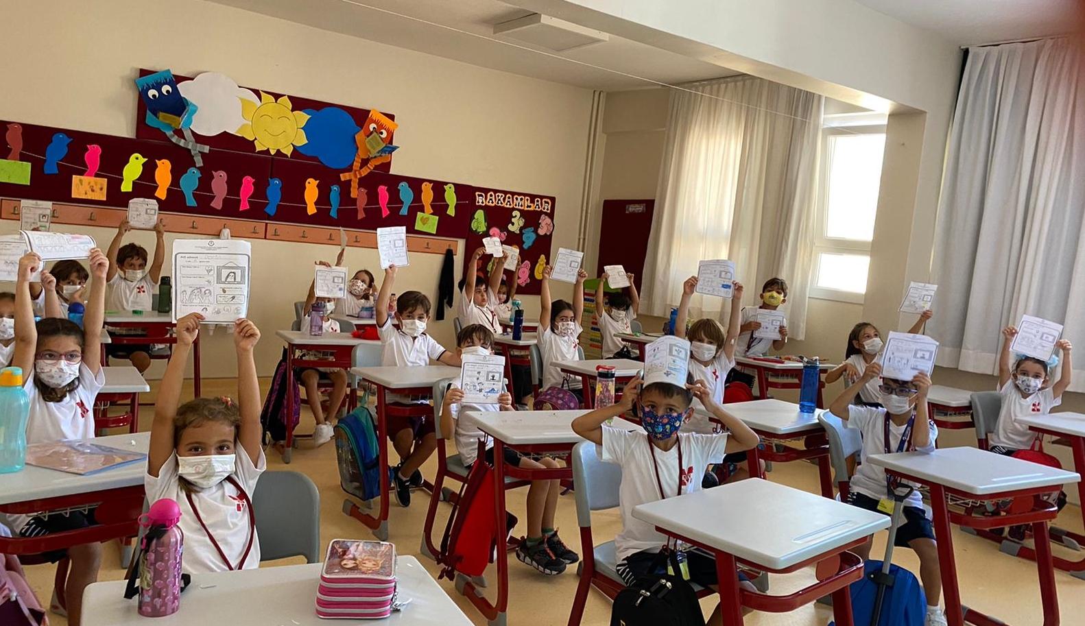 1. Sınıflarımız 'All About Me' Projesi ile Kendilerini Tanıttılar