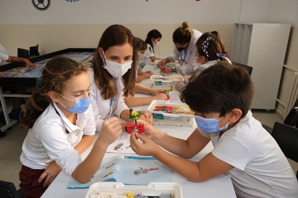 4. Sınıf Öğrencilerimiz Lego Derslerinde STEM Becerilerini Geliştiriyor